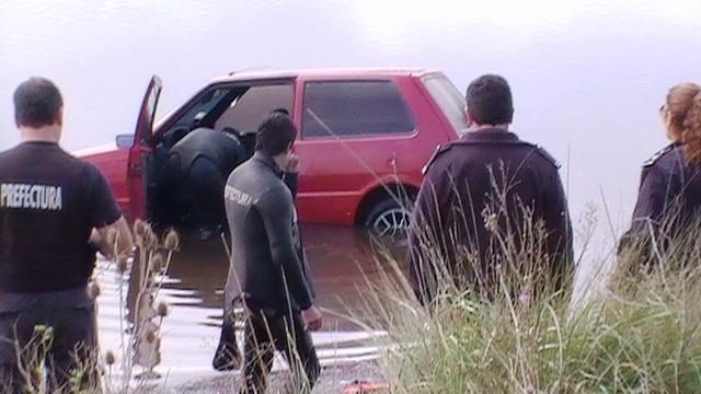 auto en el rio